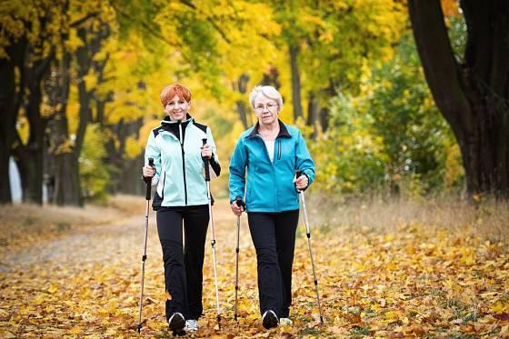 Za chůzi s hůlkami, tzv. nordic walking, budou vaše klouby vděčné