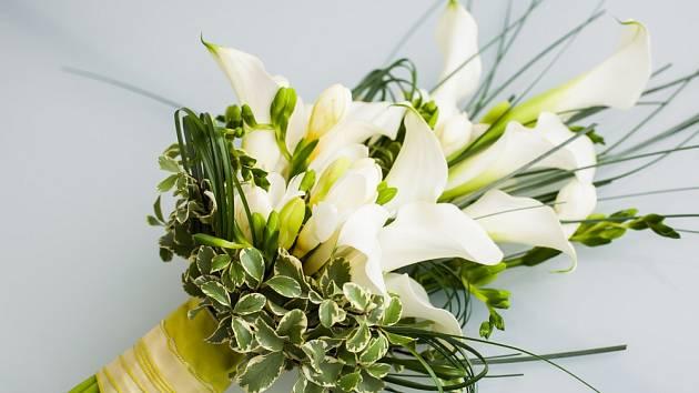 Bílé kaly působí formálně a hodí se ke všem svatebním šatům.
