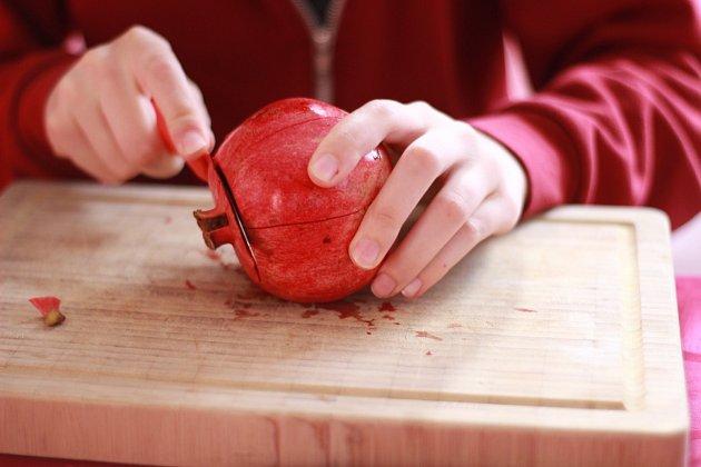 Nožem zajeďte těsně pod okraj slupky a odřízněte bubáka.