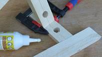 Výroba dřevěné trojnožky: Slepíme rychleschnoucím lepidlem