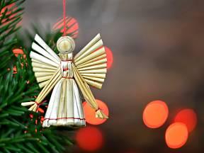 Ozdoba na vánoční stromek - anděl ze stébel slámy.