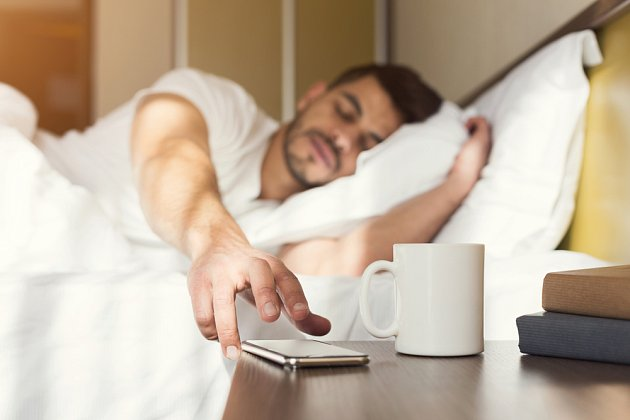 Zapnutý mobil na nočním stolku nás ruší, i když má vypnutý zvuk a vibrace, a to svým rozsvěcením.