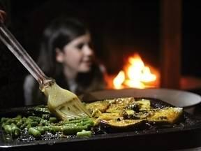 Příprava jídla je součástí zábavy.