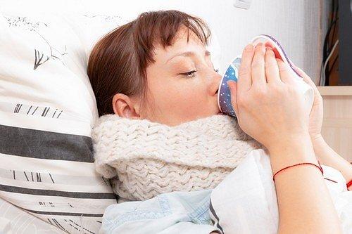 Podzimní nachlazení známe všichni. Provázejí ho rýma, kašel, únava a někdy i horečka.