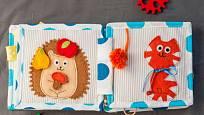Pro naše nejmenší ušijeme na stroji hrací textilní knížku.