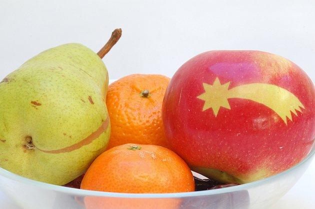 Jablko s obrázkem se bude na míse s vánočním ovocem skvěle vyjímat.