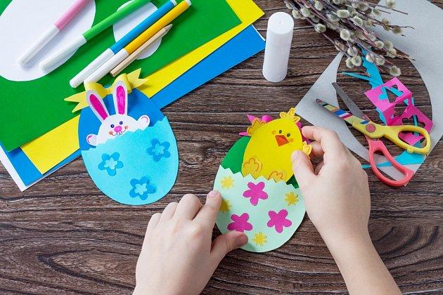 Z barevných papírů můžeme vyrobit vajíčka, z kterých se budou líhnout kuřata.