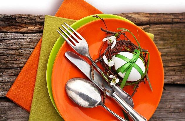 Slavnostní tabuli prozáří barevné nádobí, textil nebo vhodně zvolené doplňky.