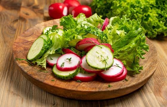 Porce jarních vitamínů: ředkvičkový salát s okurkou