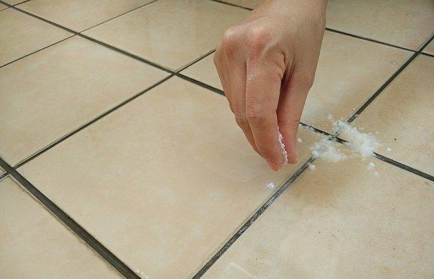 Na čištění obkladů na stěnách si připravíme směs z vody, jedlé sody a prášku na praní.