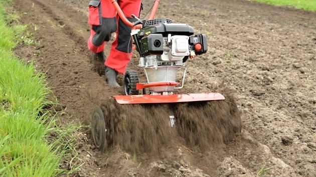 Těžší typ kypřiče připraví půdu na sázení opravdu důkladně.