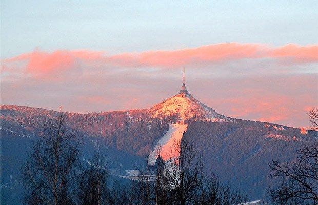 Liberecká hora oděna do zimních červánků