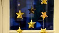 Doma vyrobené papírové hvězdičky můžeme propojit i v řetěz, girlandu