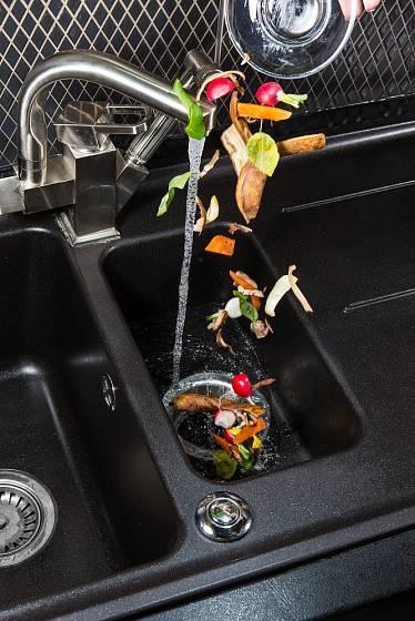 Drtič zbytky rozmělní a společně s vodou odchází do kanalizace