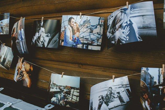 Vystavte své fotografie jednoduše na provázku uchycené dřevěnými kolíčky na prádlo.