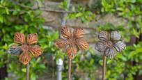 Květiny z kovu mohou nahradit odkvetlá květenství skutečných rostlin.