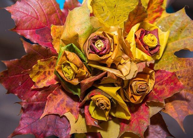 Růže zhotovené z podzimního listí.