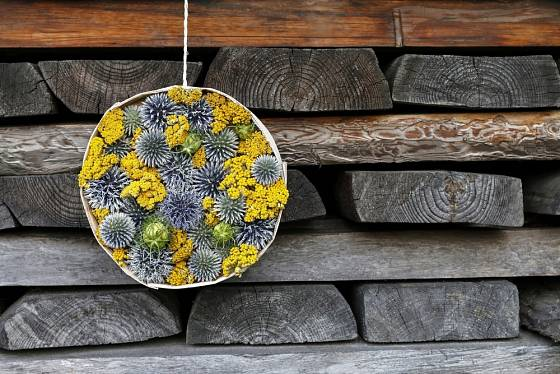 Působivá podzimní dekorace ve tvaru kruhu.
