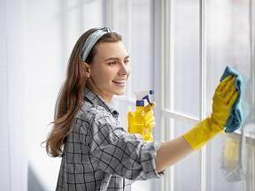 Zkuste umýt okna šamponem, funguje dobře a krásně voní.