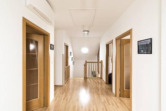 Interiér prosvětlený denním světlem