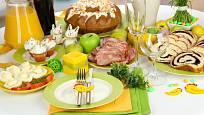 Slavnostní tabule vyžaduje krásně vyžehlený ubrus, textilní ubrousky, svěží barvy a dostatek jídla a pití.