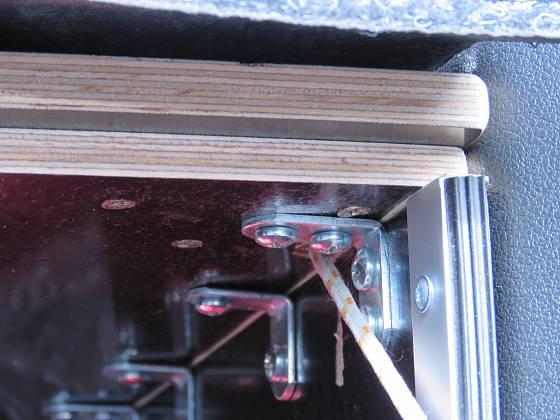 Bočnice spojují úhelníky s vrchní deskou, zadní výklopná část zapadne přesně. Novější typ Citroenu Berlingo