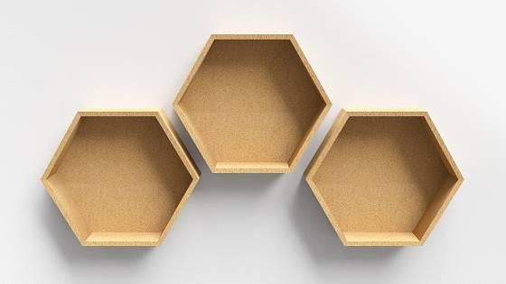 Zajímavé dřevěné poličky na drobnosti ve tvaru plástve.