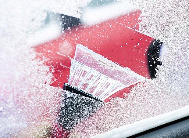 Ofukováním čelního skla si také usnadníme oškrabování silné venkovní námrazy.