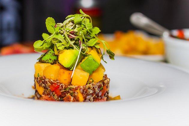 Quinoa s tuňákem a mangem je osvěžující kombinací.