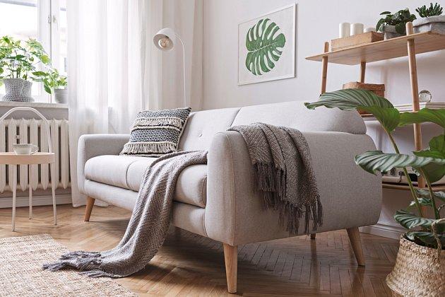 Šedá sedačka je praktická, hodí se do většiny interiérů a navíc se skvěle vypořádá s každodenním užíváním.