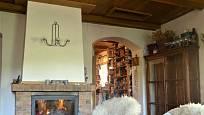 Návštěva na chalupě v Orlických horách: Krb je dominantou místnosti; vpravo vstup do kuchyně