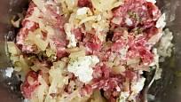 Maso smícháme se solí, pepřem, utřeným česnekem, majoránkou, opečenou cibulkou a rýží.