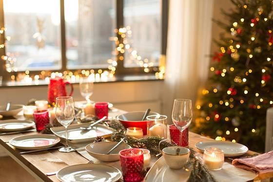 Ke štědrovečernímu stolu neodmyslitelně patří i svíčky a různé svícny.
