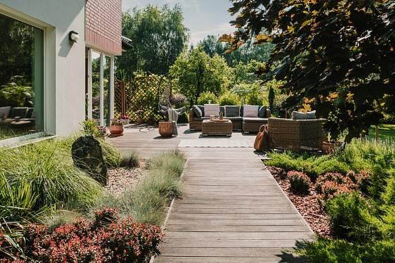 Dřevěná cesta spojuje zahradu s terasou.
