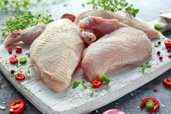 Kuřecí suprême - porce kuřete, která zahrnuje prsíčka s kůží a částí křidýlka.