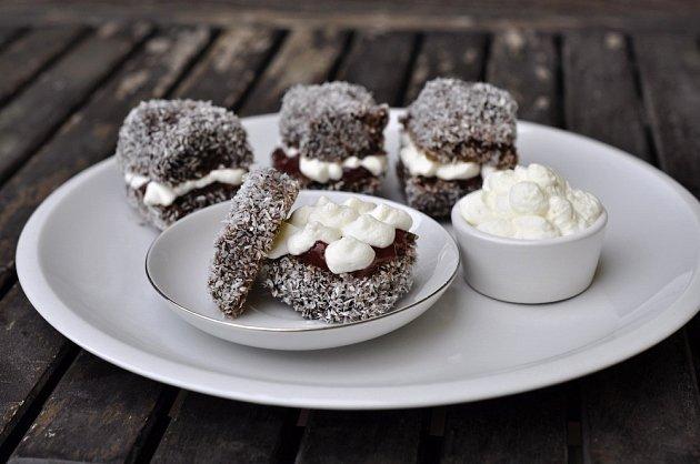 Základem lamingotnu je piškotové či třené těsto, které je ze všech stran pokryté čokoládovou omáčkou a obalené v kokosu.