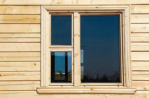 """dřevené okno ve stejném dekoru jako """"fasáda"""""""