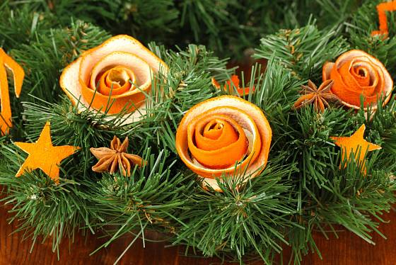 Růžičky zhotovené z pomerančové kůry.