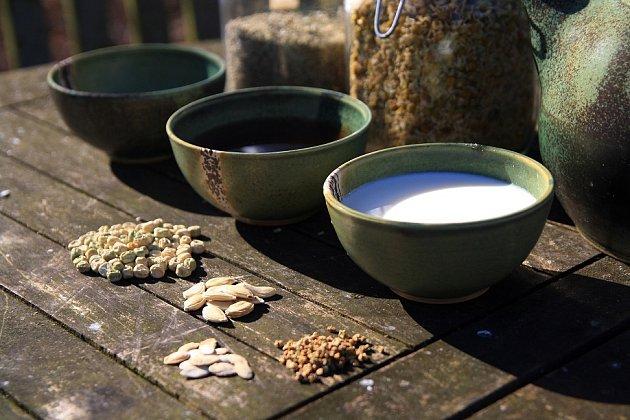 Máčení v bylinkovém nálevu či mléce semena posílí a urychlí klíčení