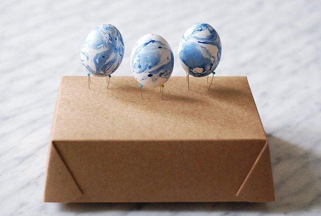 K zasychání barvy na vajíčkách si můžeme udělat stojánky ze špendlíků.