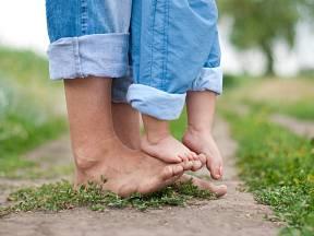 Bosá chůze nohám svědčí.