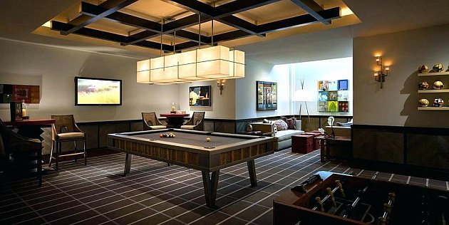 Herní obývací pokoj se stolem na kulečník a fotbálek.