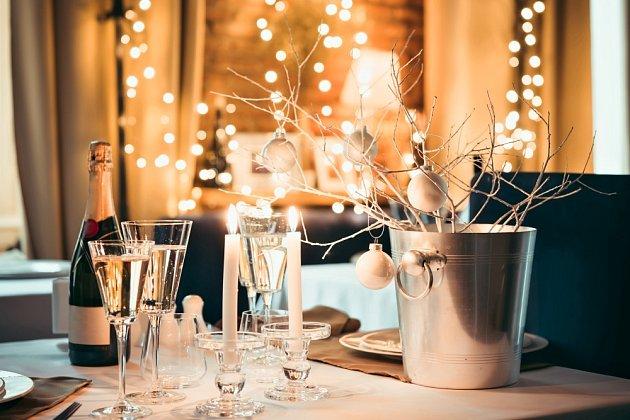 Oslavy příchodu nového roku v interiéru.