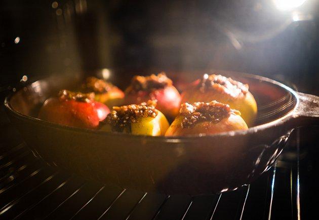 Pečená jablka se skořicí jsou symbolem podzimu.
