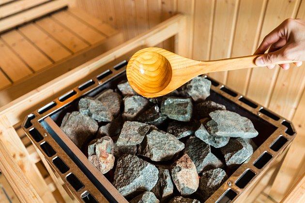 Poléváním horkých kamenů vzniká pára.