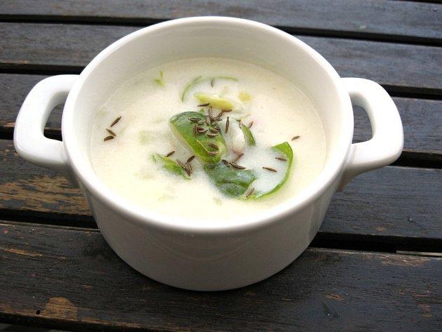 Kapustičková polévka s pancettou.