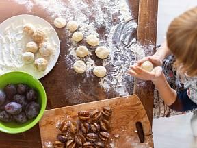S přípravou knedlíků vám mohou pomoci i děti.