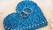 Chcete požádat svou vyvolenou o ruku? Vyrobte jí srdce metodou string art a na něj položte snubní prsteny.