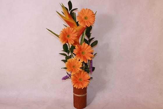 Aranžmá z oranžových květů gerber.