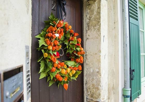 Podzimní věnec na dveře z mochyně (bez otráhání listů).